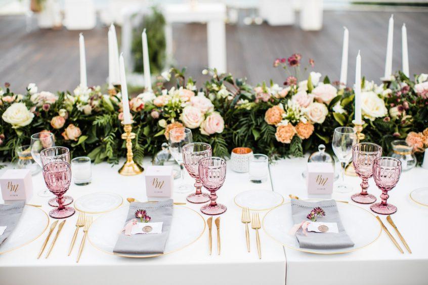 Table setup with candles, flowers, art de la table